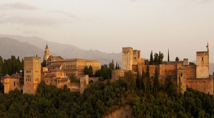 Kaytossa oleva kuva Alhambra tarjoaa historian havinaa - Alhambra tarjoaa historian havinaa!